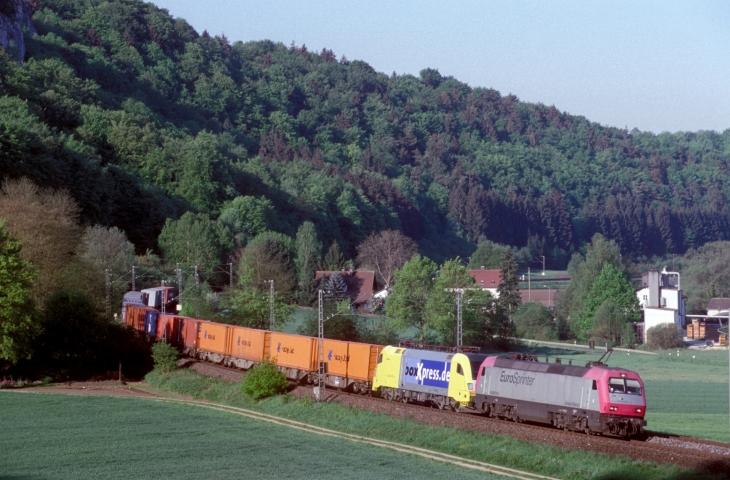 Euro-Sprinter 127 001 vor Dispo-Taurus führte am 11.05.2001 den Boxxpress Richtung Süden