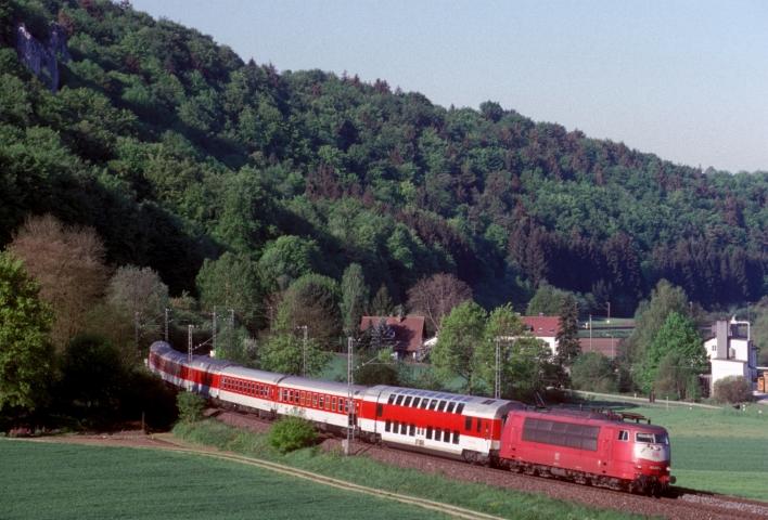 Bis zur Eröffnung der NBS einst wichtige Hauptstrecke. Nachtzug mit 103 237