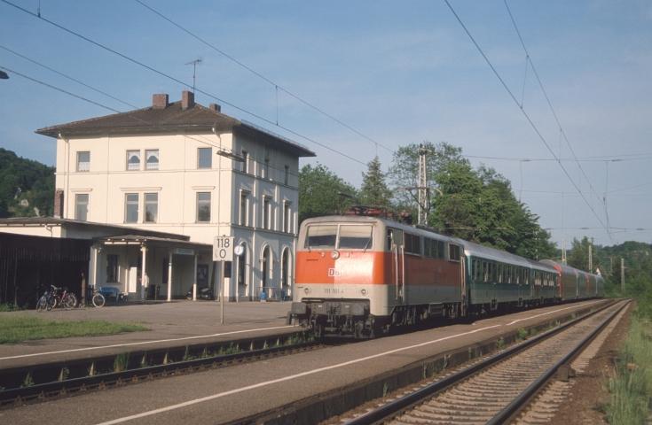 Damals noch besetzt: Bahnhof Dollnstein am 14.05.2001 mit 111 181
