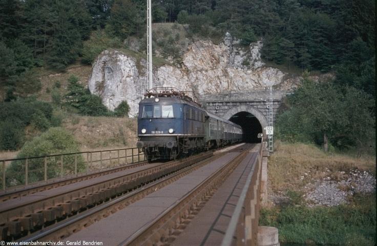 Damals: 118 029 mit E 3276 passierte am 04.09.1984 die Altmühlbrücke beim Esslinger-Tunnel