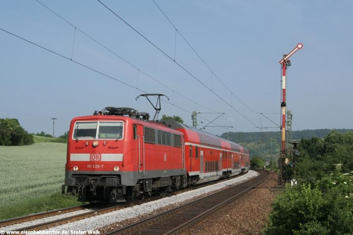 111 226 mit einem Doppelstockzug am 24.06.2006 bei Dollnstein