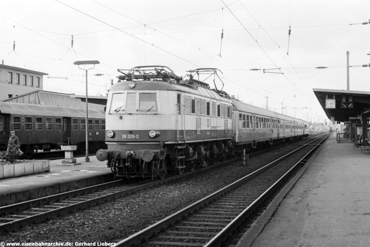 Einst Rollbahn der Baureihe 118: wie hier 118 028 am 07.11.1981 vor E 3165 in Ingolstadt Hbf