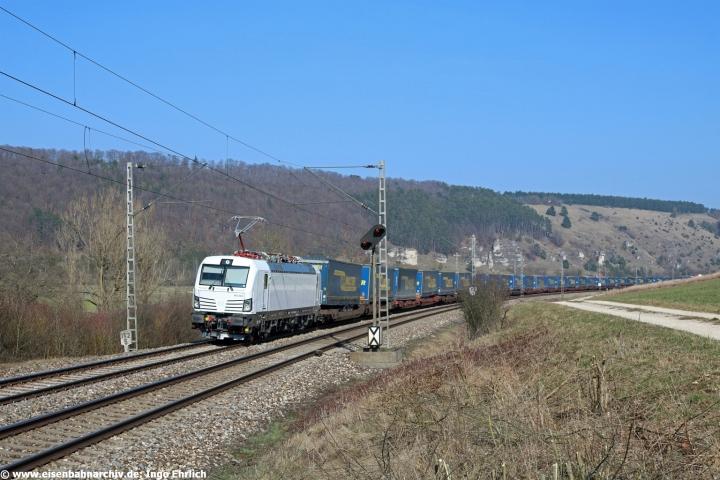 Mehr oder weniger nackt ohne Lackierung: 193 363 vor Güterzug 42142 mit dem Laufweg Verona - Rostock (23.03.2019)