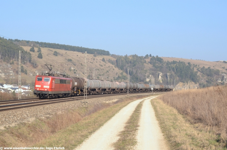 151 001 der Bayern Bahn GmbH vor einem Ölzug bei Obereichstätt (23.03.2019)